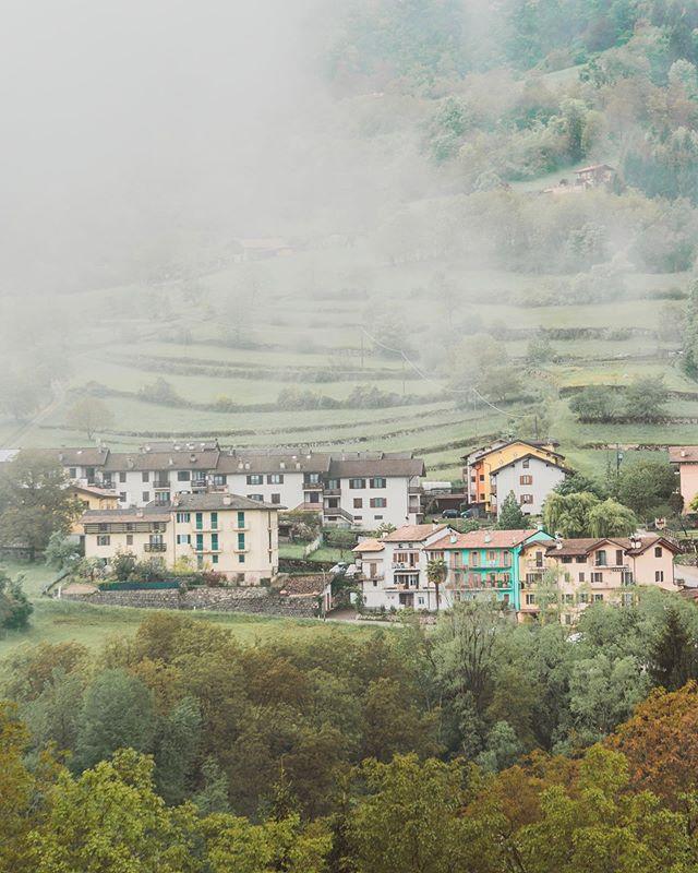 Noord-Italië is héél anders dan Zuid-Italië en daarom echt een bezoekje waard. Trentino, de regio die ik laatst ontdekte, behoorde ooit tot Oostenrijk en zo voelt het ook een beetje aan. Ben je dol op bergen, meren en snoezige huisjes zoals deze? Ga dan naar Trentino! Tijd om je bucketlist aan te vullen, lieve mensen. 📝 En check ook meteen mijn blog over Valsugana, waar ik deze foto maakte. Link in bio!  Did you know the north of Italy is way different than the south? Make sure you won't miss is during your Italy trip! This region for example, which is called Trentino, used to belong to Austria and it still feels like Austria! #visittrentino #trentino #visitrovereto