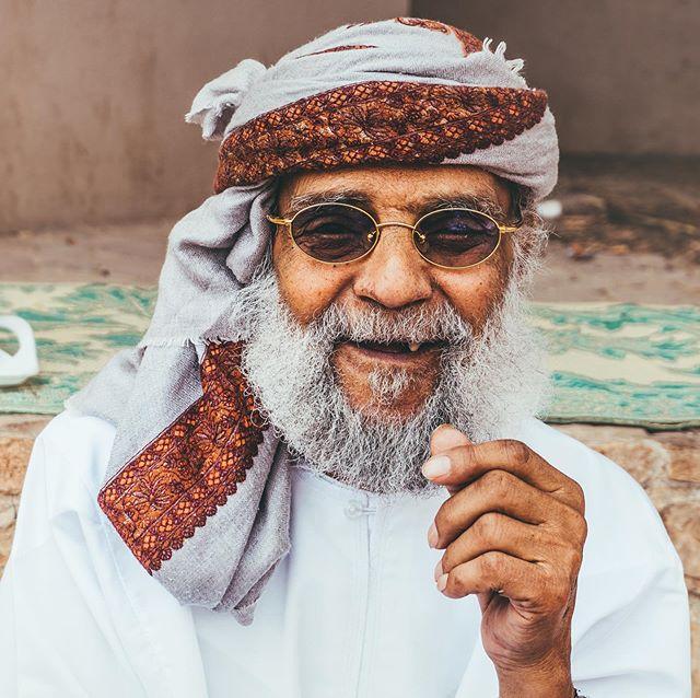 Ik maak normaal gesproken geen portretfoto's, maar de mensen in Oman zijn gewoon zó mooi. En stiekem vond ik het best leuk om te doen. Wat zeg je ervan: meer portretfoto's op mijn Insta? 👀 @experienceoman #experienceoman