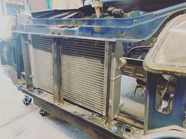 Installing the radiator in the Raudi Metro today. #customcar #engineswap #vag18t #20v #turbo #projectcar #retrocar #youngretromotorclub #rovermetro #rover #auditt