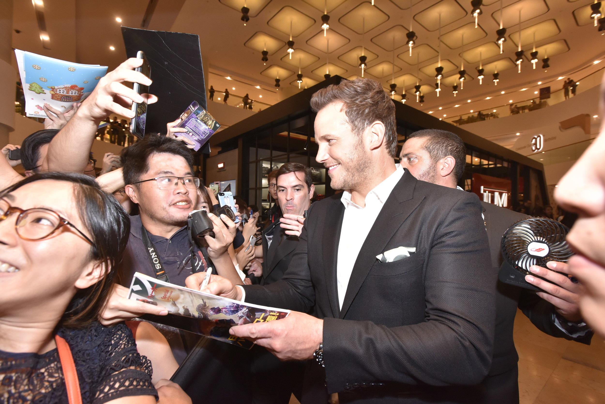 DSC_8838_Chris Pratt signing autographs.JPG