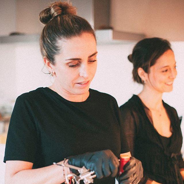 Este par es la cara de Takering. Dos latinas adoptadas por España con un propósito en común: disfrutar la vida en cada momento transmitiendo amor y alegría a través de lo que hacen. Y eso se nota en cada bocado.  #nosencantanuestrotrabajo •  #nosencantaconsentir #foodlovers #healthyfoodie #healthyfood #somoslatinos #welovepampering #eventos #comidasana #comidasaludable #comidareal  #catering #cateringmadrid #