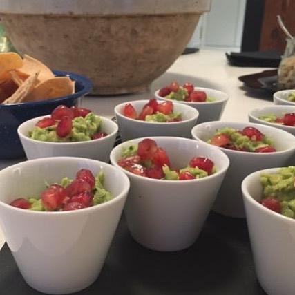 Esos pequeños toques que hacen la diferencia #guacamole + #granada = #omg! Que cosa más buena! Un básico de nuestro menú! #🥑 ❤️ •  Visita nuestra web. Link en bio •  #healthycatering #fullflavor #healthyfood #catering #cateringmadrid #foodlover #foodie #eventosdeempresa #eventoscorporativos #fiestadeverano #fiestasdecumpleaños #cumpleaños #foodporn #foodgasm #foodphotography #foodpic