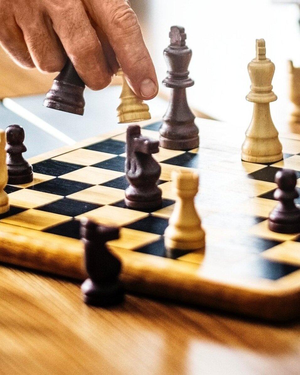 FAKTABOKSHver dag tabes tusindvis af kroner i danske virksomheder ved at nøglemedarbejdere og erfarne ledere siger op eller bliver headhuntet andetsteds. Virksomhedens drift og økonomi afhænger således i høj grad af organisationens evne til at fastholde og tiltrække kvalificeret arbejdskraft. Det er ikke alene tabet af essentiel og specialiseret viden der koster dyrt, men også udgifterne til rekruttering og oplæring af nye medarbejdere løber sig ofte op i svimlende summer. -