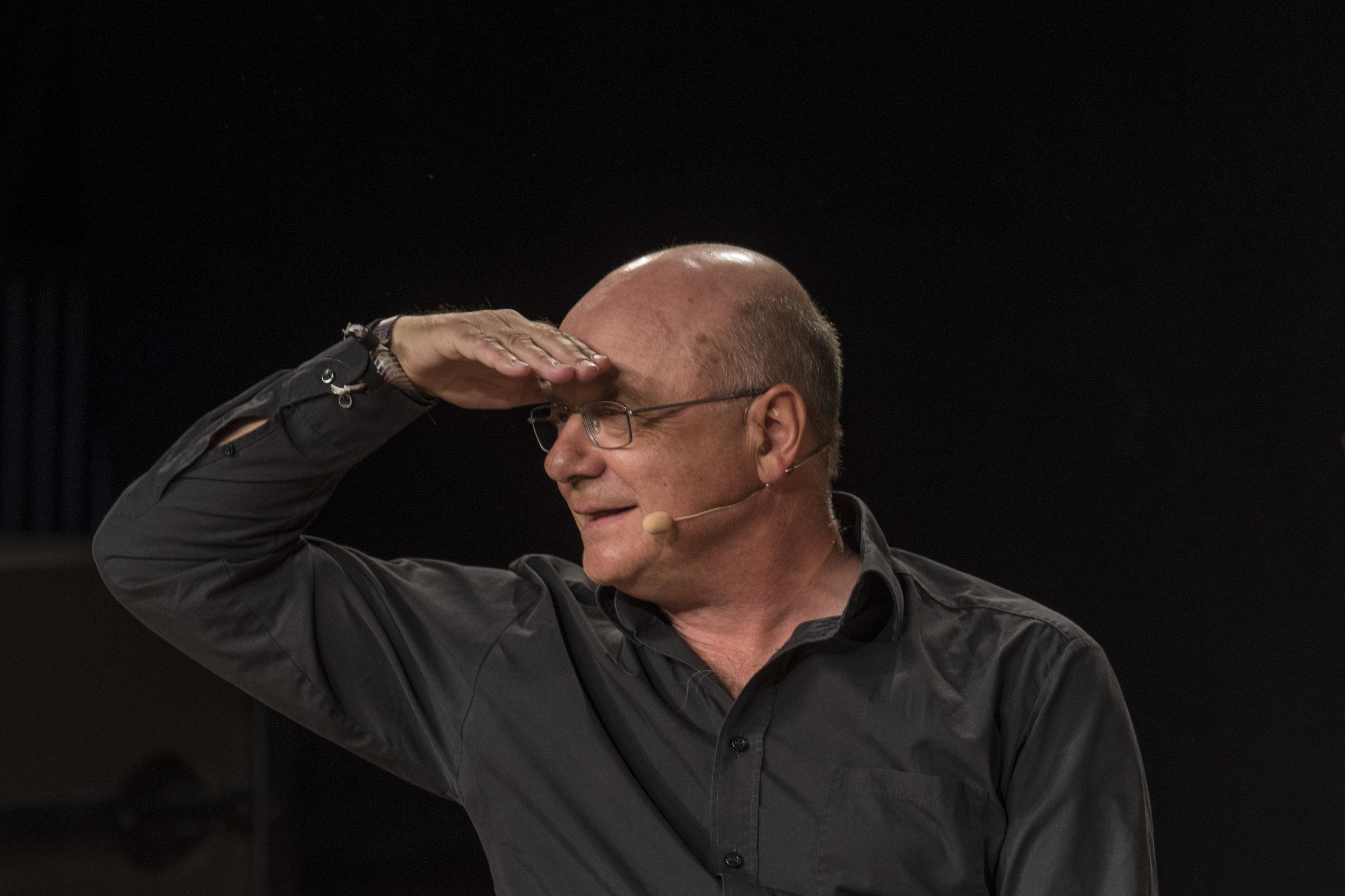 20 skarpe til Tor Nørretranders - I 1960'erne udgav den schweiziske forfatter, arkitekt og tænker Max Frisch sin legendariske bog 'Spørgeskemaer'. Forfatter Tor Nørretranders svarer på 20 af de skarpeste og skæveste spørgsmål fra bogen.