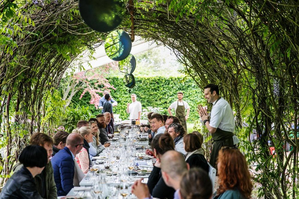 Chef's+Table+i+Grevens+private+have.+Matthew+Orlando+fra+Amass,+København+ses+stående+Restaurant+Domestic,+Århus+var+den+anden+del+af+samarbejdet.+Foto+Chris+Tonnesen.jpg