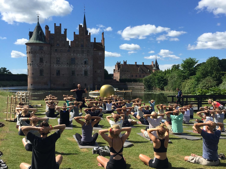 Yoga by Yoga Vesterbro - Igen i år kan du dyrke yoga et af de smukkeste steder på Fyn; nemlig lige foran Egeskov Slot. Læs mere om hvilken yoga du gratis kan deltage i og hvornår du skal give din krop en velfortjent strække pause.