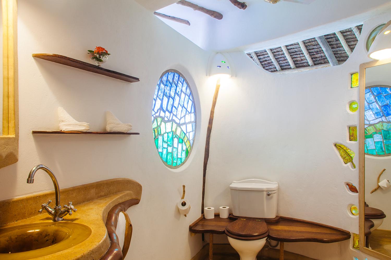 Room_MoonAndStars3_Bathroom_HandZaround.jpg