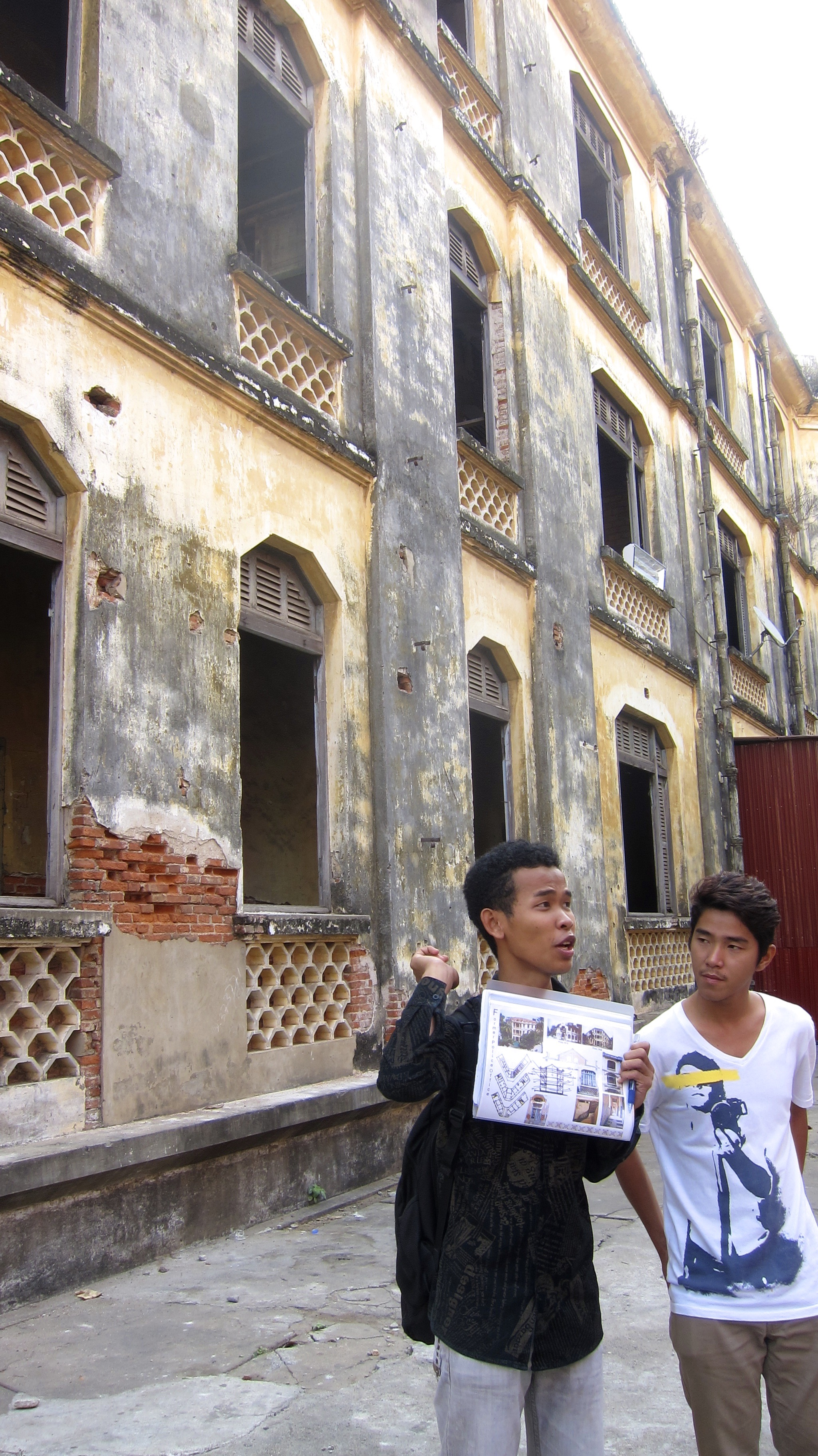 Our guide explaining the ill-fate of the old 1930s Commissariat. It has been sold to a private investor and will most likely be torn down.