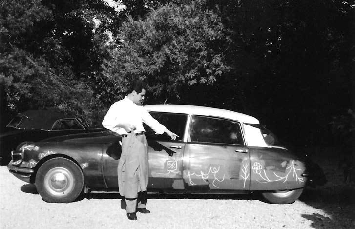 Manuel Mejido  junto a un viejo Citröen dibujado por Pablo Picasso.