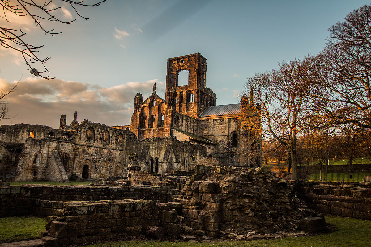 1200px-Kirkstall_Abbey_in_the_late_afternoon.jpg