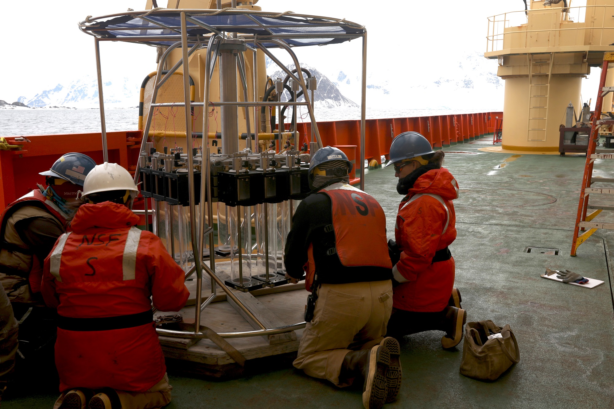 1- THOR team works with marine technicians to assemble the MEGACORE and to practice extracting the tubes.