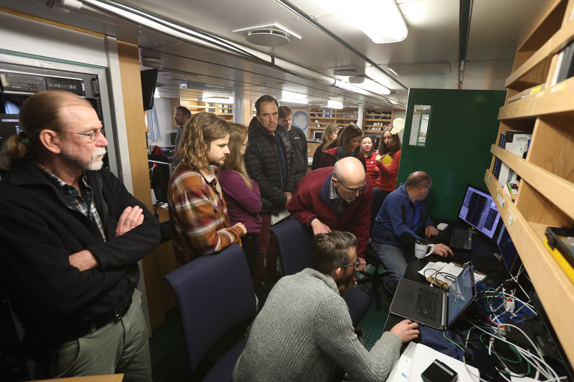 The E-lab is the nerve center and office space for all the science teams. Everyone in the E-lab looking excitedly at the Hugin AUV (see blog…) high resolution side-looking sonar of the seafloor surface in front of the Thwaites ice shelf.