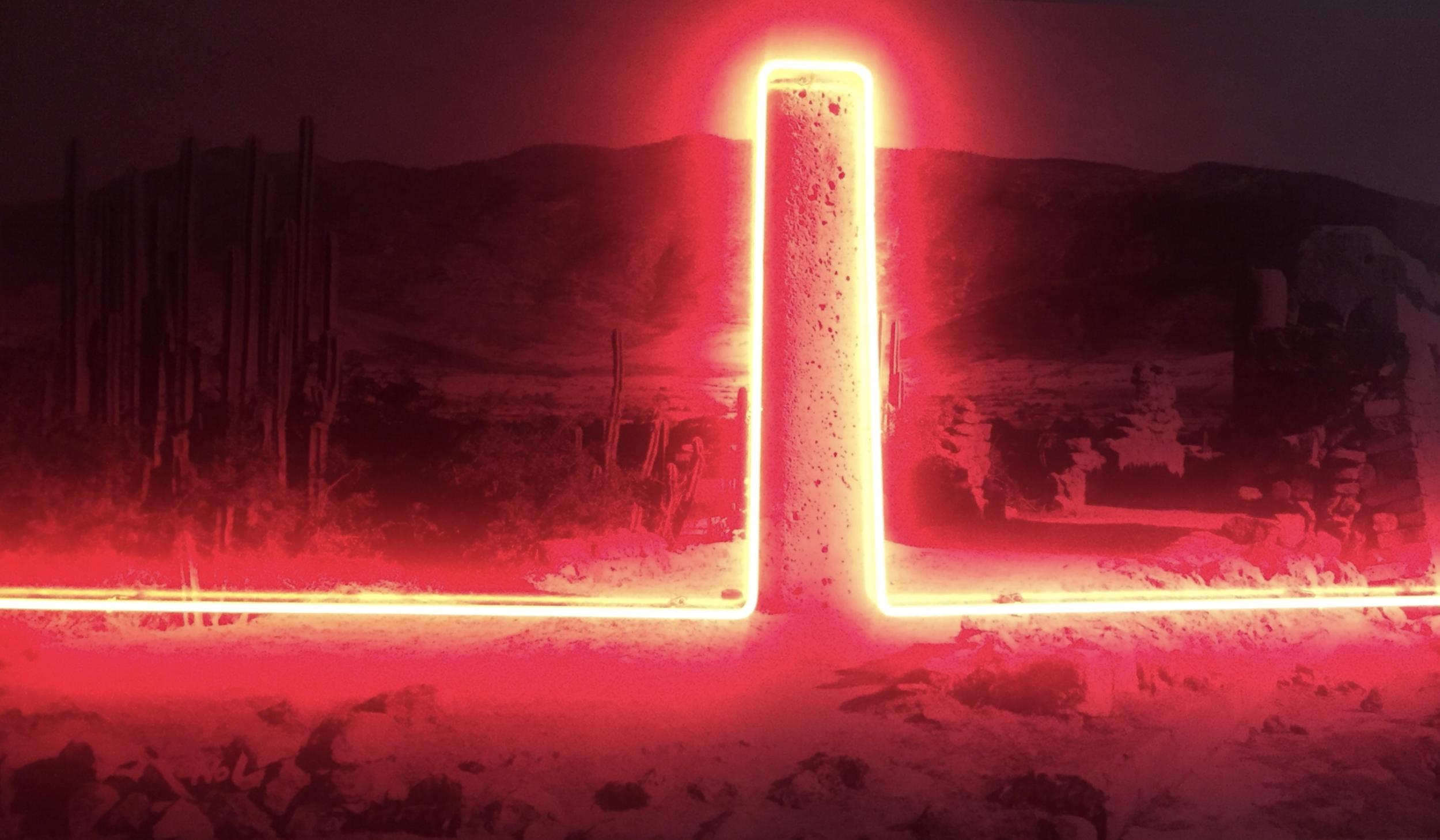 """""""Sin título"""", 2017. Autor:  Sabino Guisu  Técnica:  Fotografía y fluorescente   Medidas:  100 x 170 cm"""