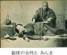 - Au Japon,la plus ancienne des techniques manuelles est nommée TEATE (mains dessus) et elle est mentionnée dans un texte datant de 2.000 ans.Entre les années 710/794, il adopta sous le terme de Kampo, le système médical chinois, qui utilisait les massages Tuina et An-mo, l'acupuncture, la moxibustion et la pharmacopée .