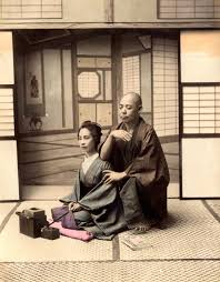 - Au fil du temps, la technique manuelle chinoise, devint japonaise sous le nom de Amma et connut son apogée de 1616 à 1867.En 1827, sont décrits les premiers protocoles de pressions, fondateurs du Shiatsu actuel.À partir de 1868, la médecine occidentale fut imposée et les disciplines manuelles de prévention perdirent de leur importance, au profit de techniques curatives comme la chiropraxie, l'ostéopathie et les massages occidentaux .