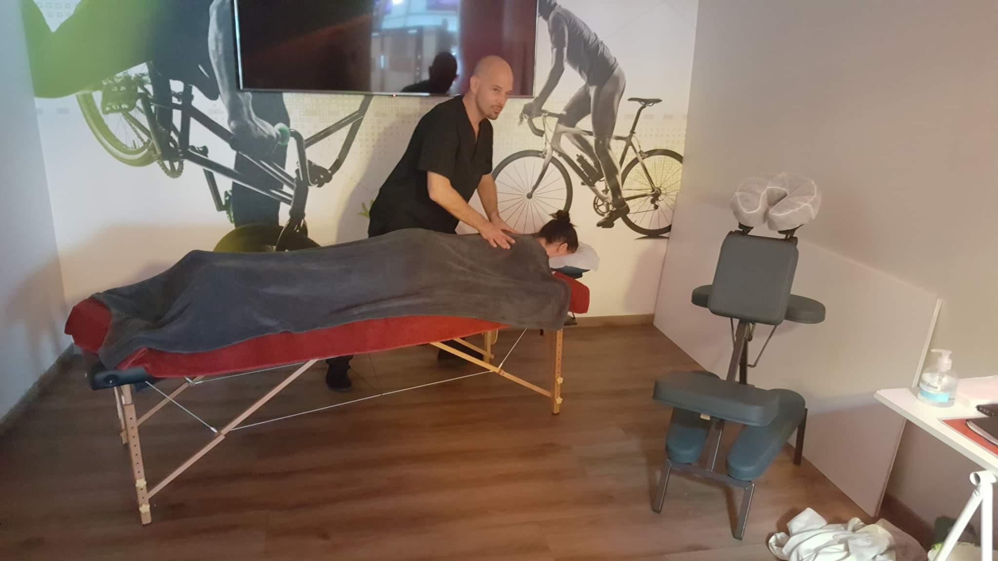 Séance de shiatsu sur table en salle de sport. Keep Cool Arles Fourchon.