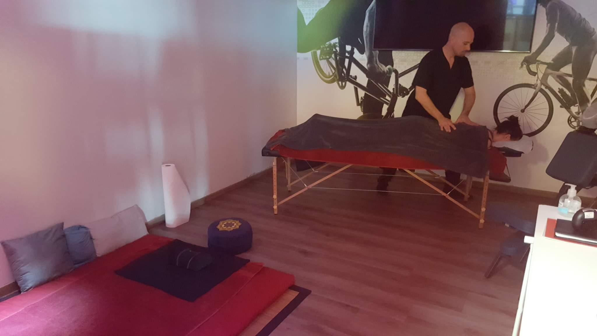 Shiatsu en événementiel. Prestation sur table, chaise ergonomique ou futon.
