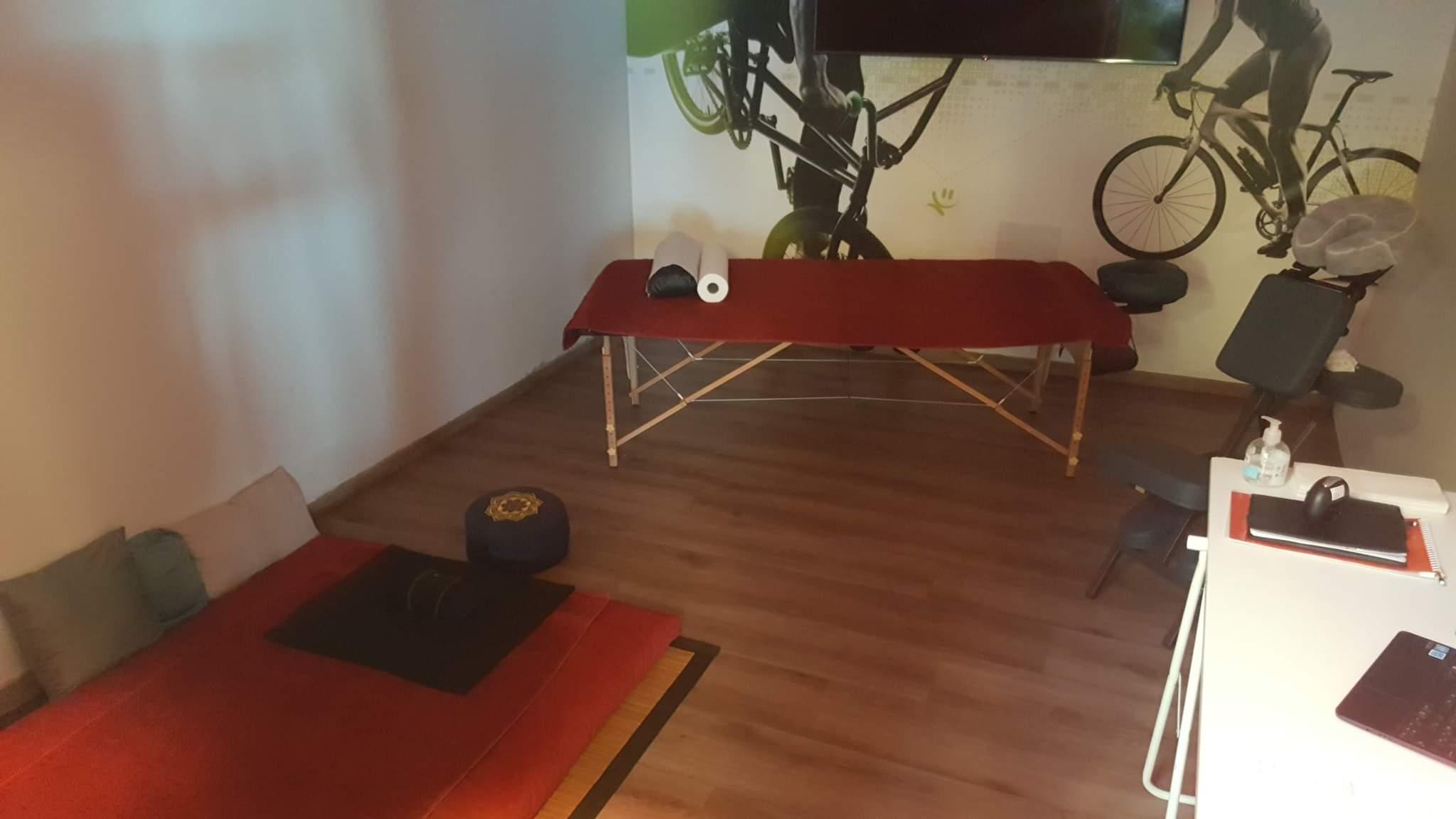 Shiatsu sur trois support différents. Futon, table et chaise ergonomique, pour répondre au plus juste à la demande du client. Vital Shiatsu Arles, Cédric Peretou.