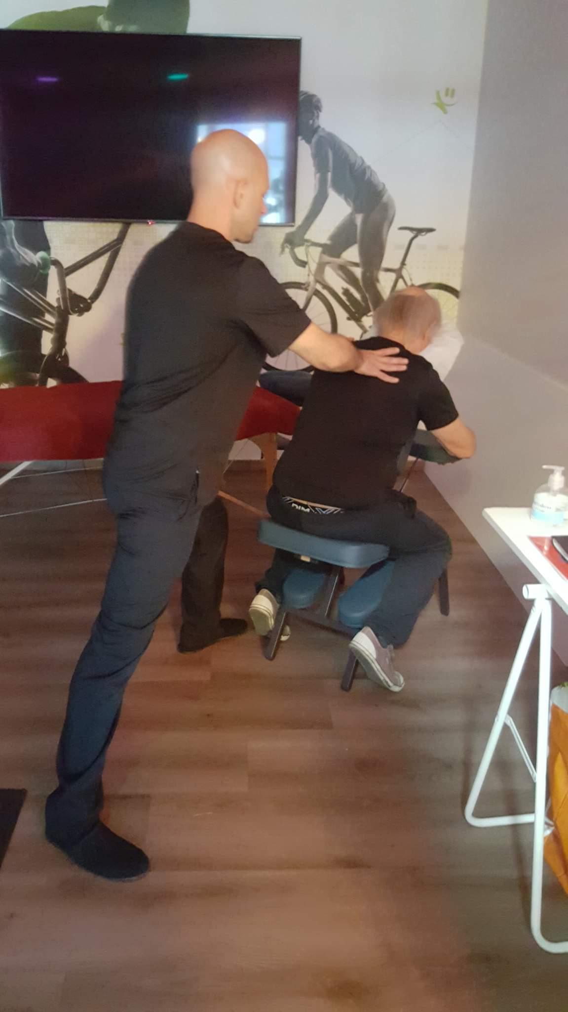 Shiatsu sur chaise ergonomique. Vital Shiatsu Arles, Cédric Peretou.