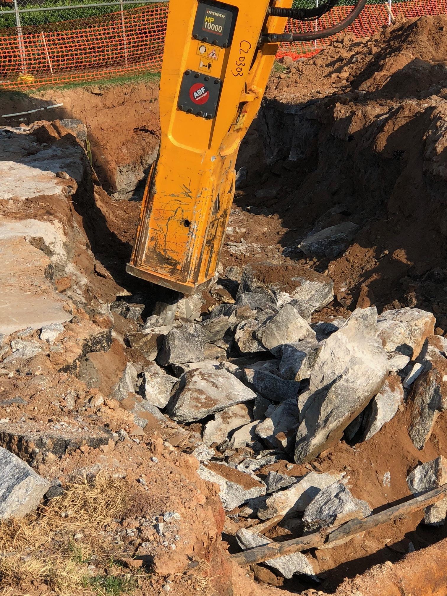 hydraulic breaker fracturing rock