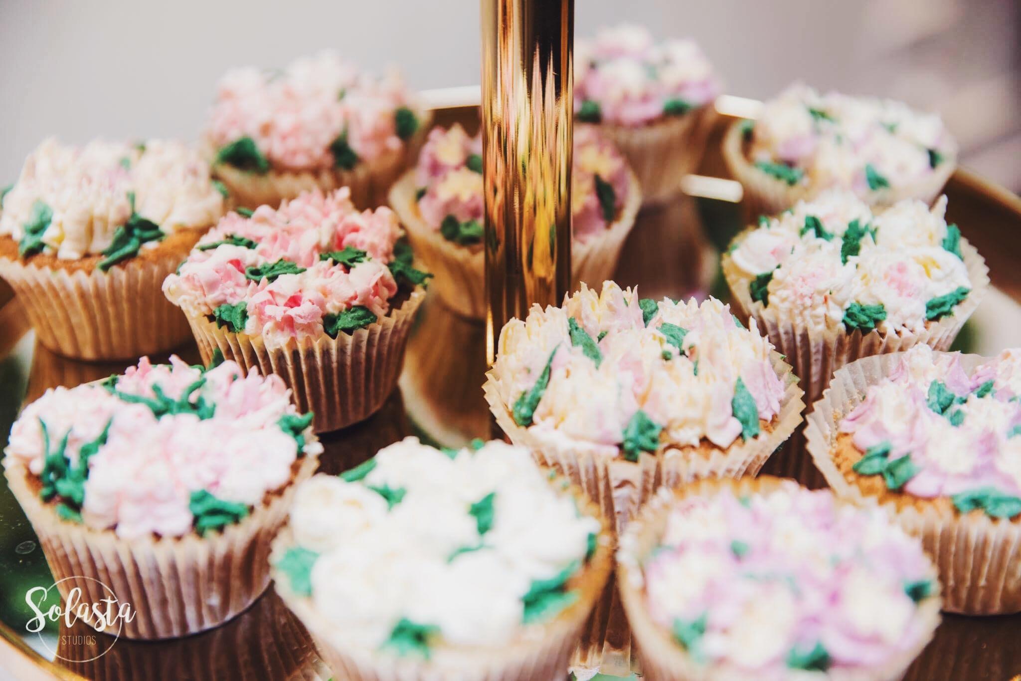 Vanilla Cupcakes w/ Russian-Piped Buttercream