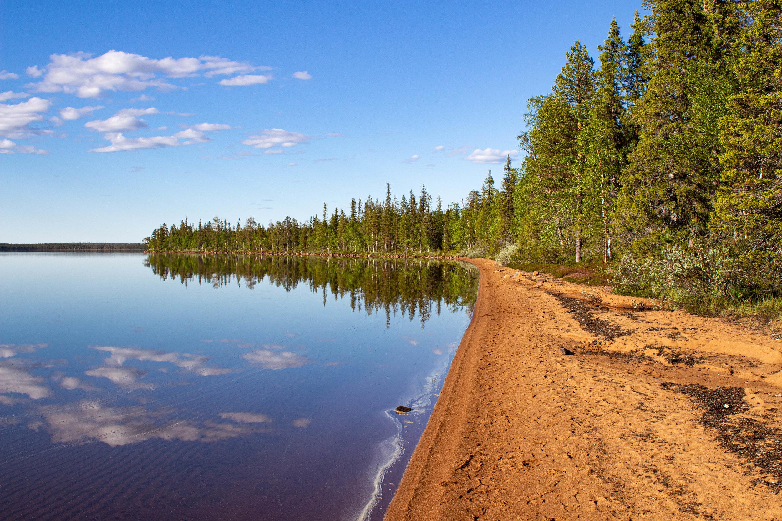 Pallasjärven Punainenhiekka  on kaunis retkikohde ja uimaranta, jonne pääsee autolla melkein viereen.