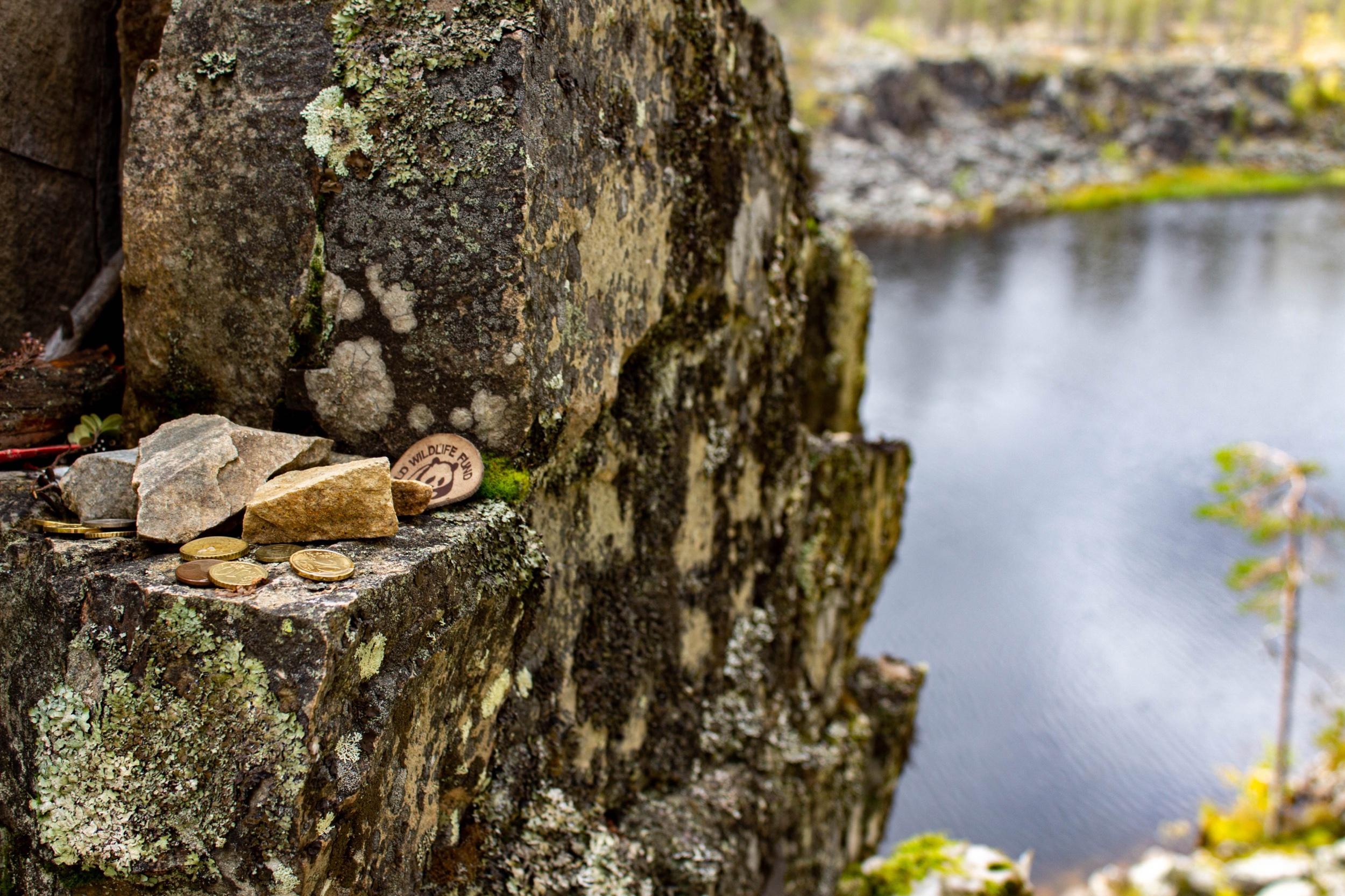 Lahjoja  Taatsin   seidalla,  saamelaisen muinaisuskon pyhällä kivellä. Seidalle vietiin muinoin uhrilahjoja esimerkiksi paremman kalasaaliin toivossa.