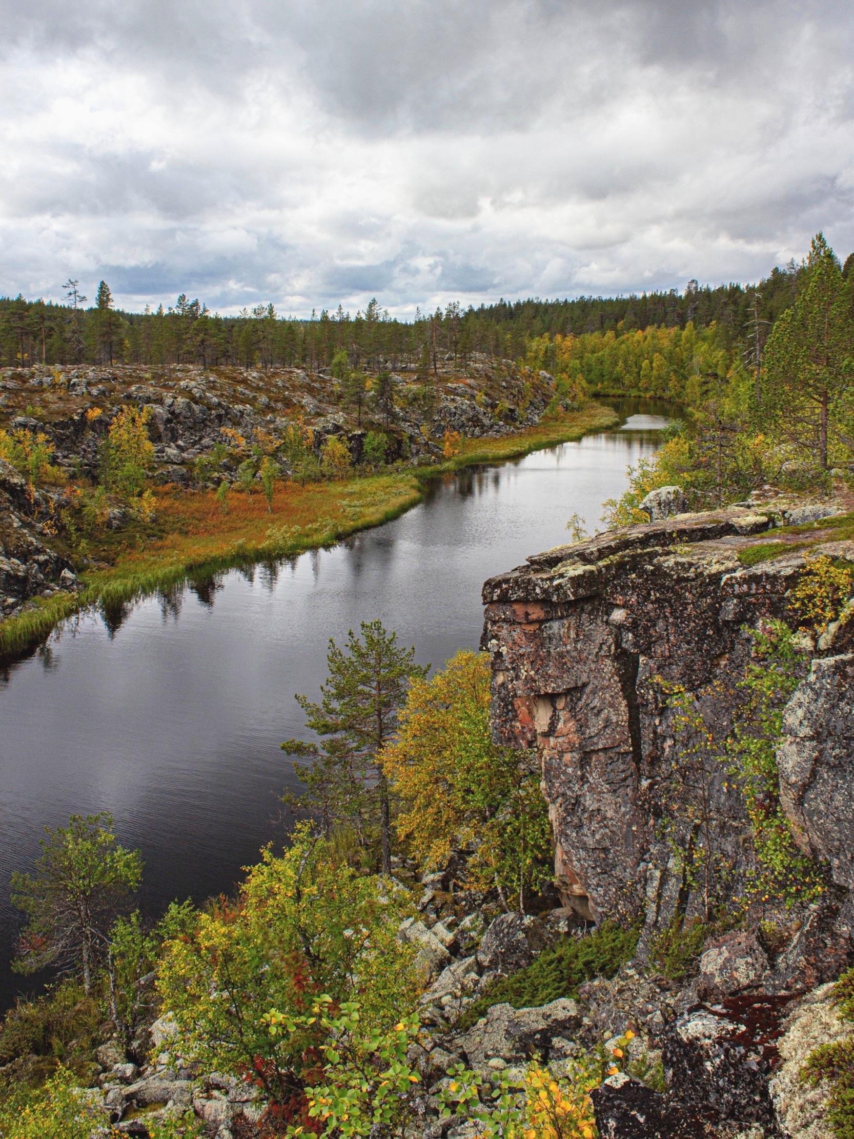 Taatsijärvi  ja  Taatsinkirkko -kallioseinämä