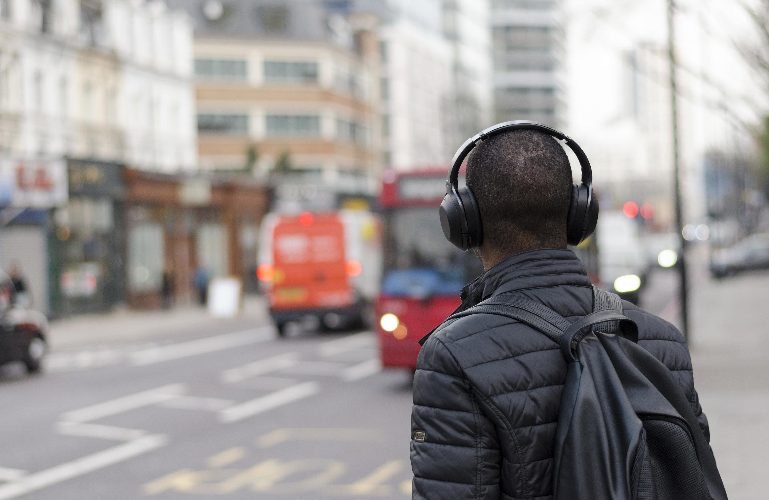 Podcasts werden gerne auf dem Weg zur Arbeit gehört.