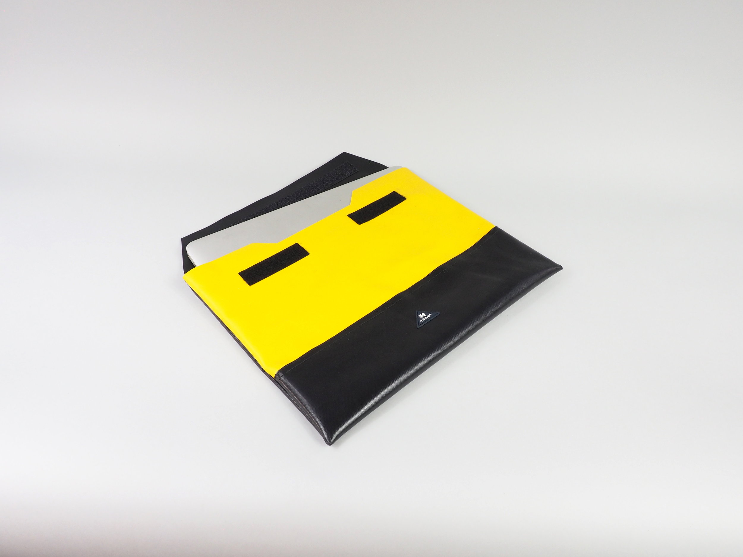 laptop case black yellow liegend.JPG
