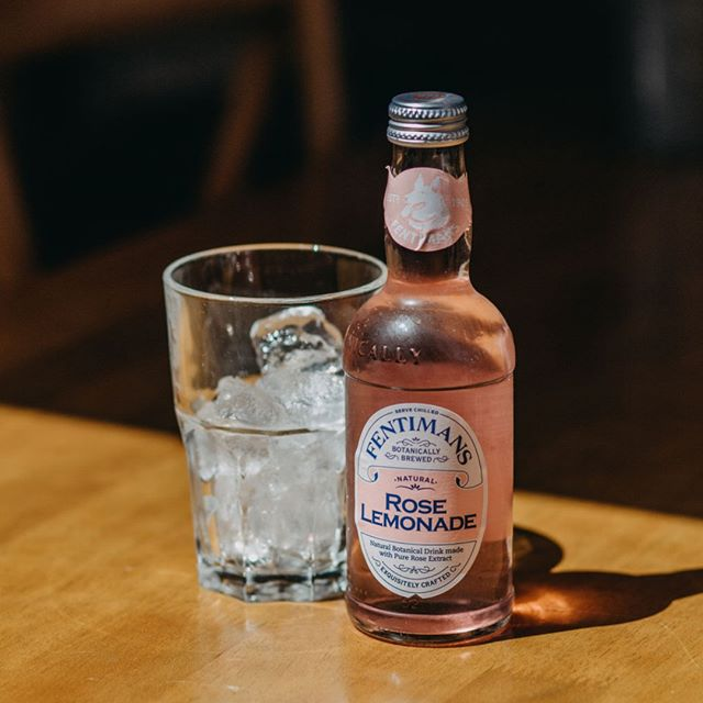 Stocking 5 different flavours of @fentimansltd - the Rose Lemonade is my absolute favourite. It tastes even better mixed with gin and served in a big glass. Just saying!! photo: @me_on_sea⠀⠀⠀⠀⠀⠀⠀⠀⠀ .⠀⠀⠀⠀⠀⠀⠀⠀⠀ .⠀⠀⠀⠀⠀⠀⠀⠀⠀ .⠀⠀⠀⠀⠀⠀⠀⠀⠀ .⠀⠀⠀⠀⠀⠀⠀⠀⠀ #fentimans #roselemonade #botanicallybrewed #staycool #ginandroselemonade #summerishere #leighonsea #leighbroadway #thesqueezecafe