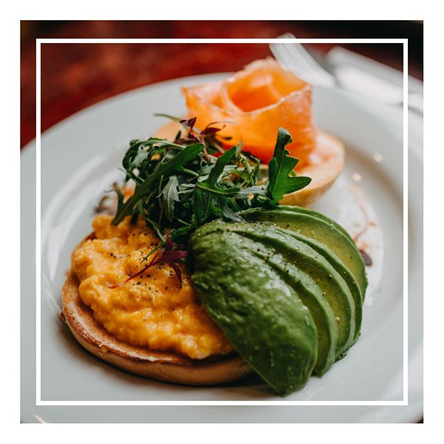 Avocados. They're kind of a big deal...especially when added to a smoked salmon & egg bagel. They're full of healthy fats, fibre and nutrients and even have more potassium than a banana! photo: @me_on_sea⠀⠀⠀⠀⠀⠀⠀⠀⠀ .⠀⠀⠀⠀⠀⠀⠀⠀⠀ .⠀⠀⠀⠀⠀⠀⠀⠀⠀ .⠀⠀⠀⠀⠀⠀⠀⠀⠀ .⠀⠀⠀⠀⠀⠀⠀⠀⠀ #avocado #smokedsalmon #scrambledegg #bagel #breakfast #brunch #healthychoices #leighonsea leighbroadway #thesqueezecafe