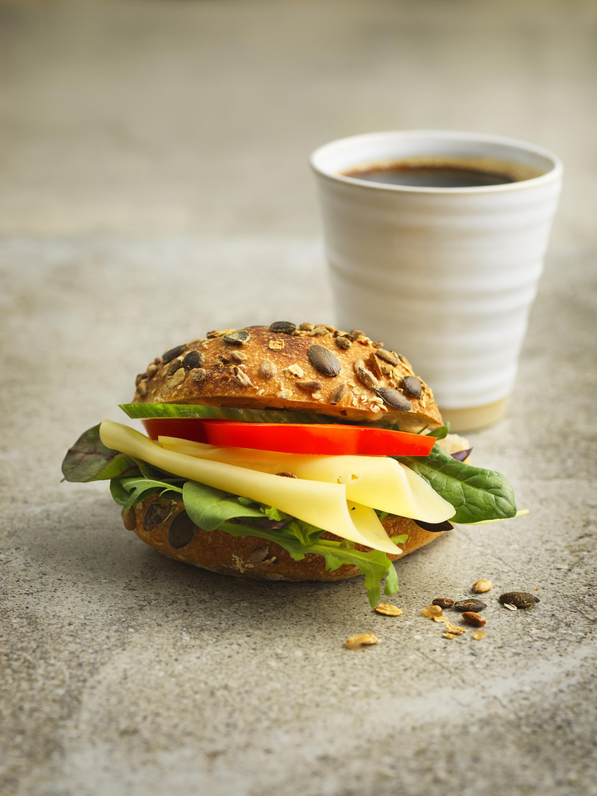 Frukostfralla 39:- - Ostfralla med grönsaker ellerOst & Skinka med grönsaker