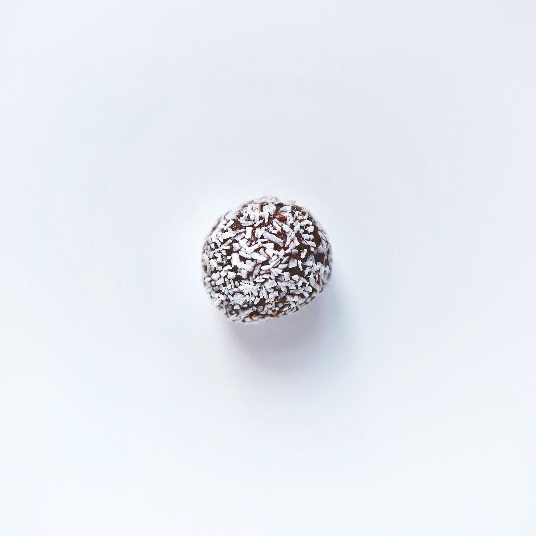 Chokladboll 27:- - Innehåll: HAVREGRYN, smör laktosfritt (GRÄDDE, salt, syrningskultur), socker, chokladchippits (kakaomassa, socker, kakaosmör, emuleringsmedel (SOJALECITIN), naturlig vanilj, cocos, kaffe, kakao