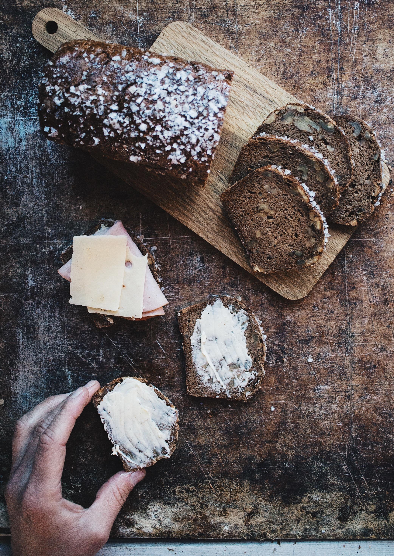 Vårt Signaturbröd Bröd & Salt Limpan 65:- - Innehåll: Vatten, VALNÖT, VETEMJÖL, RÅGMJÖL, sirap, salt, jäst, ljus sirap (socker, salt)