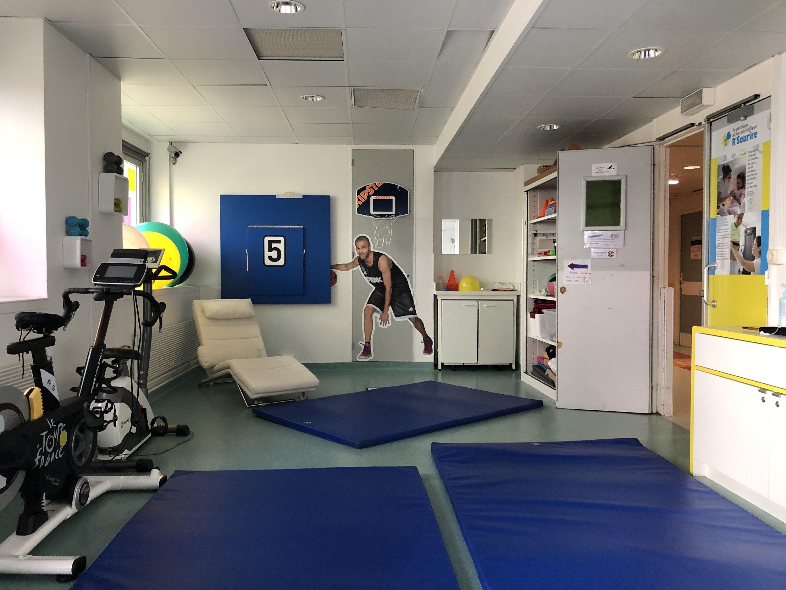 La salle de sport de Sourire a La Vie au sein de l'unité d'oncologie pédiatrique de l'hôpital La Timone à Marseille. C'est l'unique salle de sport en milieu hospitalier en France.