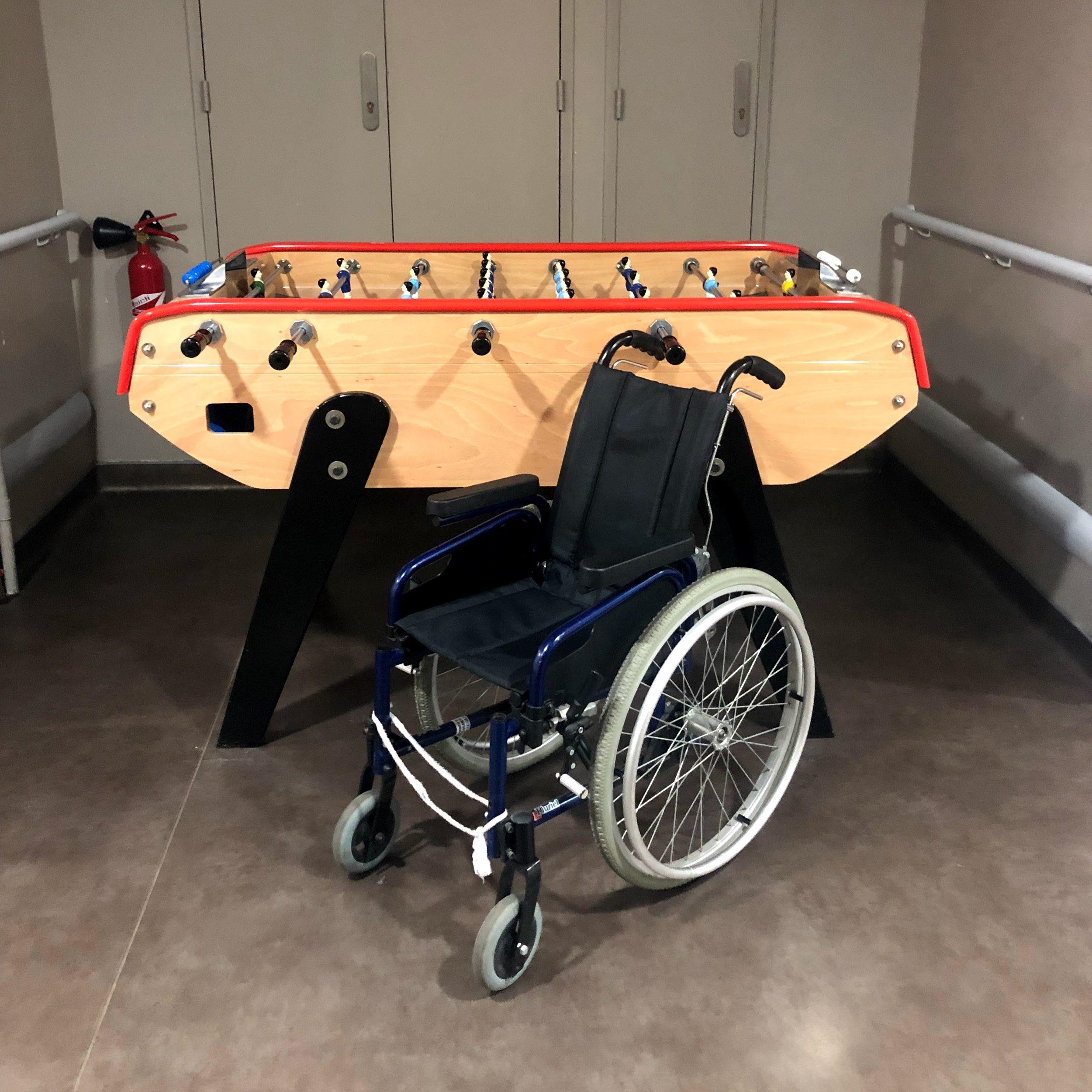 Certains enfants sont en fauteuil roulant car les traitements de chimiothérapie peuvent également entraîner des lésions articulaires, en particulier aux genoux.