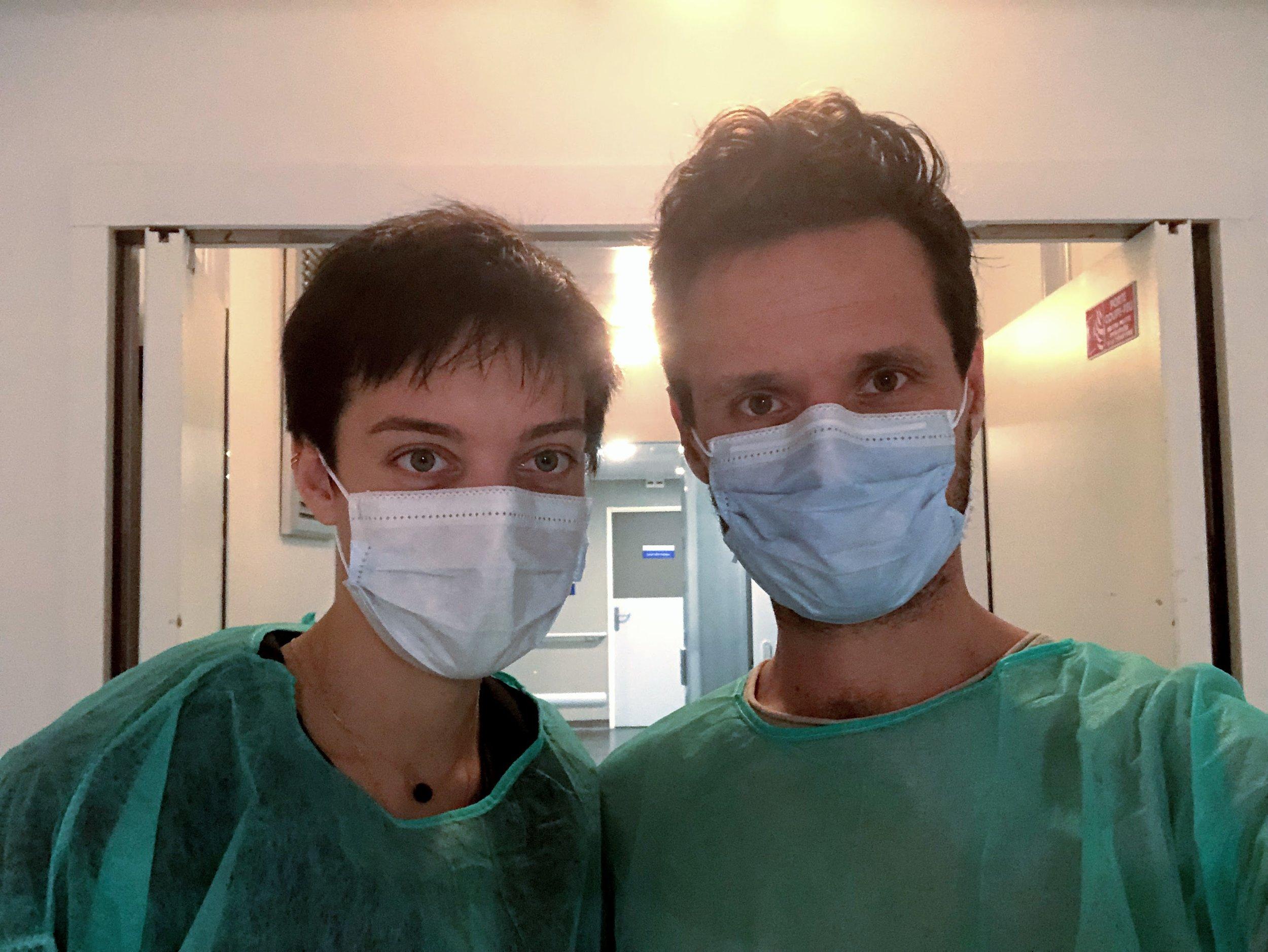 La chimiothérapie affaiblit considérablement le système immunitaire. Nous portons un masque et des blouses chirurgicales pour éviter toute contamination lorsque nous rendons visite aux enfants dans leur chambre.