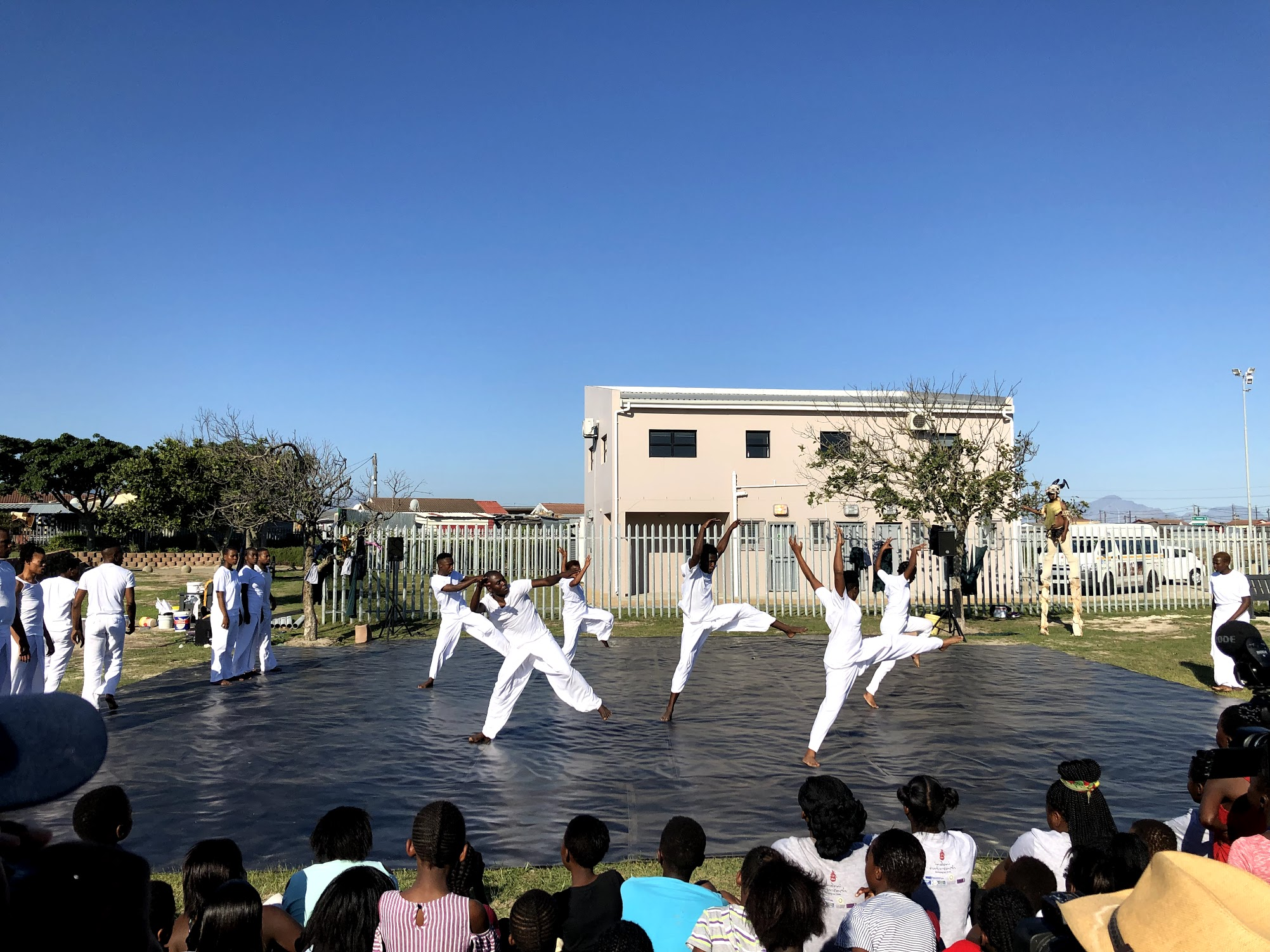 Dancing with Nature is a series of free performances taking place throughout parks in Cape Town. This is an immersive show, the choreography is adapted to each location to merge into the landscape.