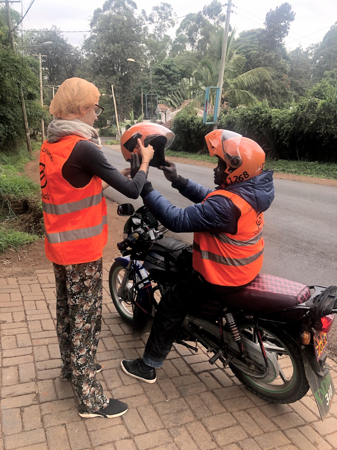 Taxi-bikes are very convenient to avoid traffic jams. Drivers are kind of safe but the helmets do not always close... Charlotte had the privilege of having a hygienic cap under the helmet. It was the only time unfortunately!