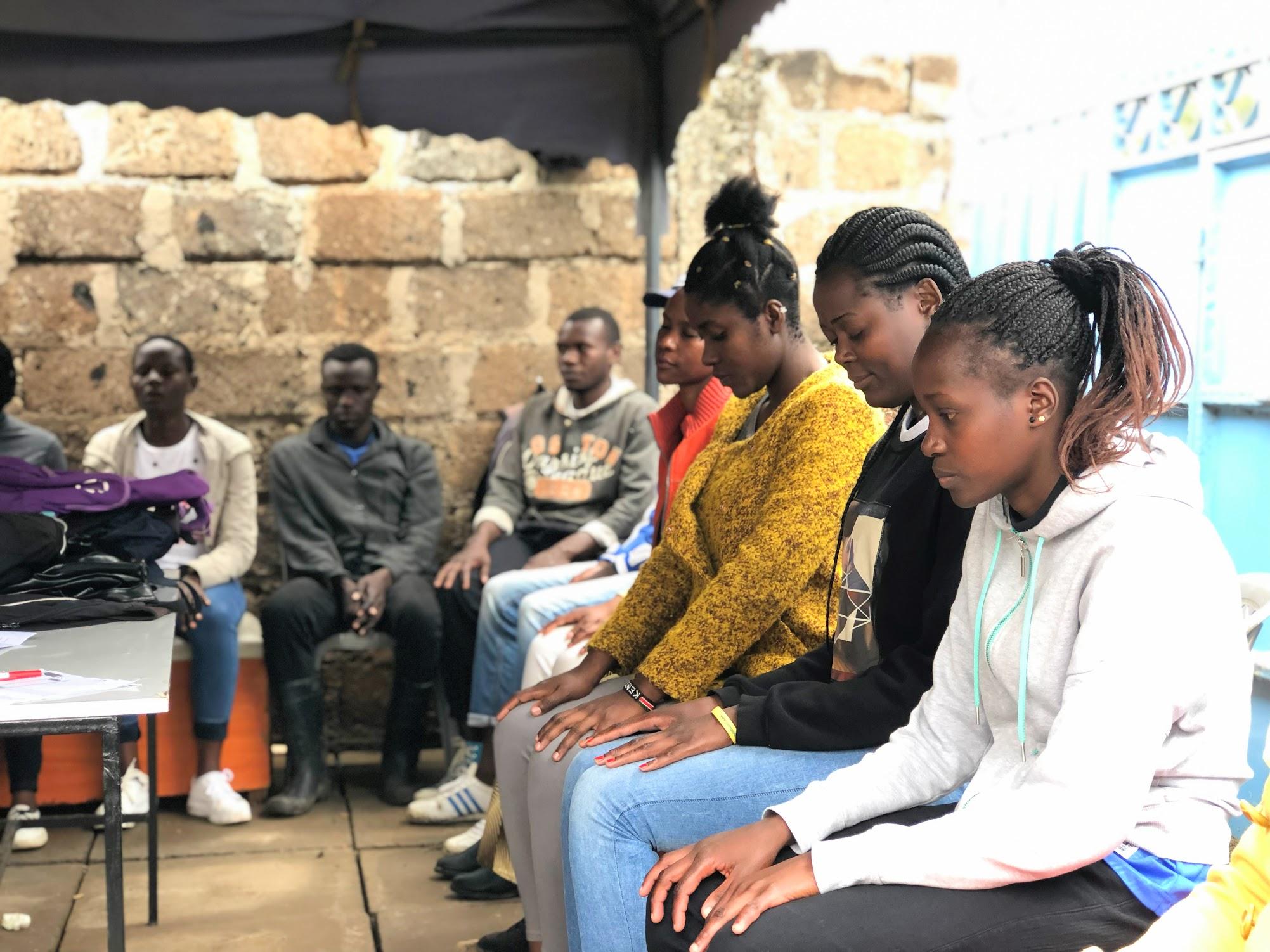 Notre séance de découverte du yoga avec les équipes de Vijana Amani Pamoja au sein de leur bureau à Nairobi.