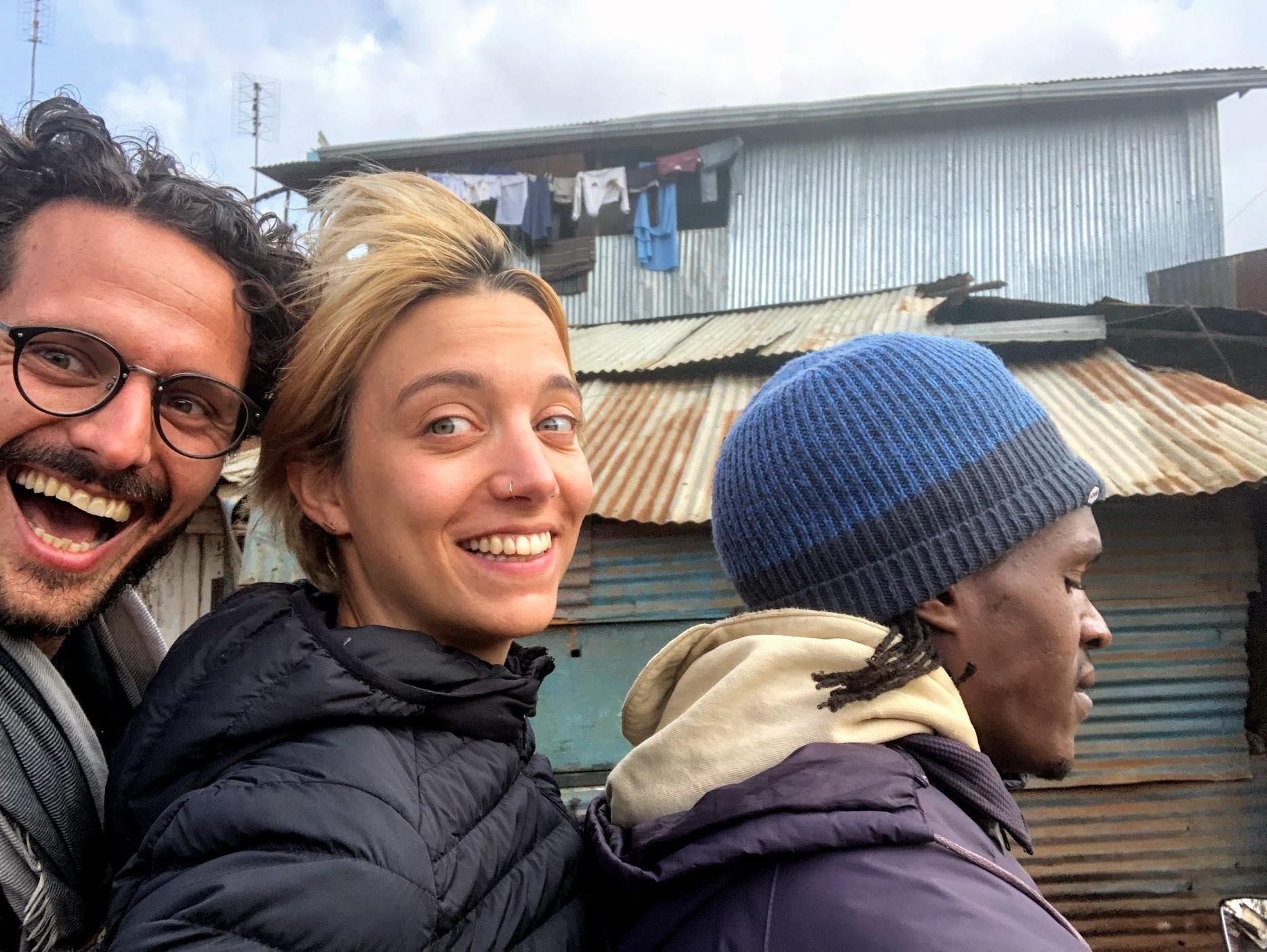 Pour se déplacer dans le bidonville de Kibera, la moto est indispensable car les rues sont animées et pleines de piétons.