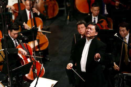 Long Yu leads the Shanghai Symphony Orchestra in Tehran.