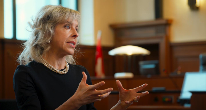 JULIE LATOUR    AVOCATE      Julie Latour est avocate, admise aux Barreaux du Québec et de l'État de New York. Engagée de longue date pour la justice et la cause des femmes, elle a été bâtonnière du Barreau de Montréal en 2006-2007 et membre du Comité consultatif sur le contenu du Musée canadien des droits de la personne. Sa quête d'égalité n'est pas étrangère à sa relation de militante aux côtés de sa belle-mère, Claire Kirkland-Casgrain, pionnière pour la défense des droits des femmes. Pour Julie, la laïcité pose la question de quel Québec nous voulons pour demain. Elle a co-signé le mémoire des  Juristes pour la laïcité  avec Claire L'Heureux-Dubé et Henri Brun. Elle considère que le port de signes religieux n'est pas un droit fondamental absolu et que l'on peut interdire les signes religieux dans la fonction publique.  Le devenir d'une société nepeut se fonder sur l'exacerbation des di érences,mais sur l'adhésion à un socle commun devaleurs citoyennes. La solidarité sociale qui dé nitle Québec apparaît comme un projet rassembleur. De tout temps, les défenseurs de la laïcité, source de liberté citoyenne et d'égalité entre les hommes et les femmes, ont dû se heurter à l'opinion dominante et, pour reprendre la formule évoca- trice d'Albert Camus, « résister à l'air du temps ». Voilà ce à quoi sont conviés les québécois, pour l'avenir du Québec.     Ex-bâtonnière du Barreau de Montréal
