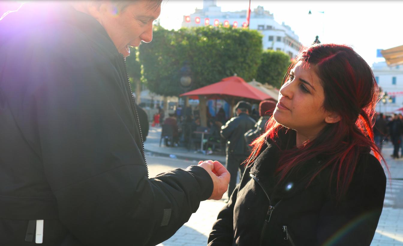 LINA BEN MHENNI    BLOGUEUSE ET MILITANTE    Lina Ben Mhenni est une victime de harcèlement judiciaire dans son pays. Issue d'une famille tunisienne moyenne : son père, Sadok Ben Mhenni, travaille au Ministère du transport. Entre 1974 et 1980, il est emprisonné et torturé, en tant que militant de gauche opposé à la politique du président Habib Bourguiba. Sa mère est ensei-gnante et son frère gure parmi les fondateursde la section tunisienne d'Amnesty International. Pendant ses études en Tunisie, elle commence son blog en 2007 où elle critiquait ouvertementl'ordre établi. En mai 2010, elle plani e avecd'autres blogueurs une manifestation dans le centre de Tunis pour dénoncer la censure. Moins d'une semaine avant la date prévue, des assaillants inconnus ont fait irruption dans la maison des Ben Mhenni.  « Ils ont tout détruit sur leur passage. Le message était clair : quelqu'un voulait me faire taire » . Début 2011, elle se rend à Kasserine pour couvrir les manifestations à travers la ville. Elle était l'une des rares sources médiatiques indépendantes à couvrir les mani- festations et le massacre subi par les manifestants. Ce travail a bâti sa renommée et a fait d'elle un porte-étendard des valeurs de la révolution tunisienne, telles que les droits de l'homme et la dignité humaine. Elle a été pressentie pour le Prix Nobel de la paix en 2011. Maintenant, elle travaille principalement sur une initiative de collecte de livres pour les prisons comme une tentative de promouvoir la culture des droits de l'homme etde lutter contre l'extrémisme. À ce jour, elle acollecté 35 000 volumes et les a donnés à 15 prisons de Tunisie. Selon Lina, la culture est le premier antidote au fondamentalisme. Si les jeunes sont éduqués, ils ne cèdent pas à l'extrémisme.    Lina est vue comme étant «la voix de la révolte tunisienne»