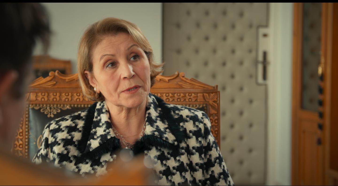 NAZIHA LABIDI    MINISTRE DE LA FEMME, LA FAMILLE ET L'ENFANCE    Après avoir grandi en Tunisie, Naziha arrive à Paris dans les années 1970 où elle avait suivi ses parents. Elle a fait des études de droit à l'univer- sité d'Assas, avant de revenir au pays en 1985. « J'étais au tribunal de Bobigny en 1972,  se souvient la Ministre,  lorsque s'y déroulait le procès contre l'avortement qui a fait date, avec à la barre la célèbre avocate franco-tunisienne Gisèle Halimi. » Trois ans plus tard, elle a battu les pavés de Paris pour soutenir Simone Veil qui luttait pasà pas au Parlement français a n de faire passersa loi en faveur de l'interruption volontaire degrossesse (IVG). C'était des moments exaltantspour la jeune femme qu'elle était à l'époque. Elle a découvert la pensée féministe grâce à des rencontres, mais aussi des lectures. «  Le Deuxième sexe de Simone de Beauvoir et La Politique du mâle par l'Américaine Kate Millett, ont beaucoup compté pour moi , raconte-t-elle,  car ils m'ont permis de prendre conscience de l'aliénation du corps de la femme dans les sociétés modernes. » Mais Naziha Labidi n'oublie pas pour autant ce qu'elle doit à ses racines tunisiennes. «  Je porte aussi en moi,  a rme-t-elle non sans erté,  la tra- dition tunisienne en matière de droits de femmes. »     Naziha est titulaire d'une licence d'enseignement, d'une maitrise en langue vivante et d'un mas- ter en enseignement de l'Université Panthéon- Sorbonne de Paris. Elle fera carrière au sein du gouvernement avant d'être chargée de la condition féminine dans le gouvernement tunisien. Elle est une ministre engagée et progressiste. Les associations féministes locales doutaient de sa capacité à engager des réformes audacieuses pour s'assurer que les femmes tunisiennes puissent continuer à avancer sur le chemin de leur émancipation. Mais depuis son arrivée, de nouvelles lois ont été votées. Le projet de loi sur l'héritage, la loi sur l'élimination de la violence faite aux femmes, le passage de 13