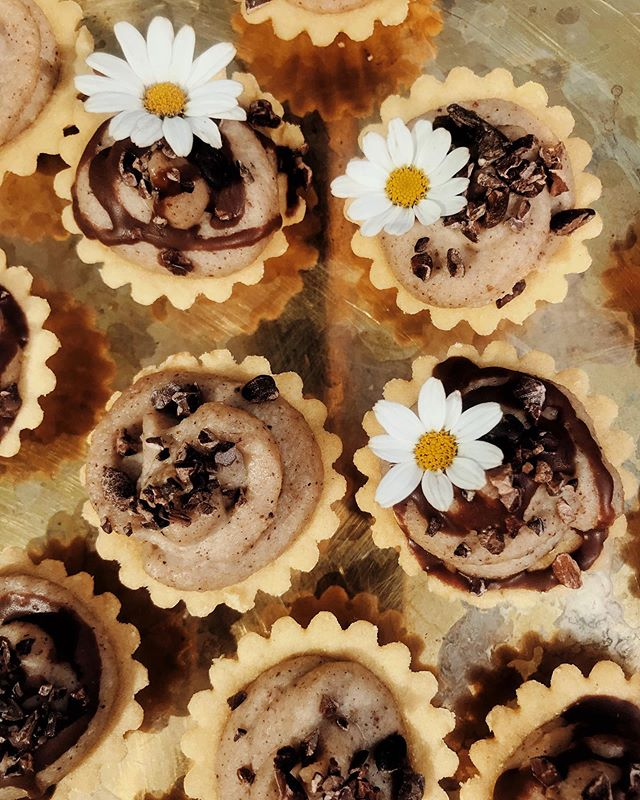 Lucuma Date Caramel Pies made from soaked cashews, cassava and coconut flour for my @modern_society_london workshop tomorrow. Herbal elixir tastings and leaving with a gift bag curated by me with tools to start incorporating herbs/adaptogens into your pantry ✨🧺🌼 #fearlessbodies