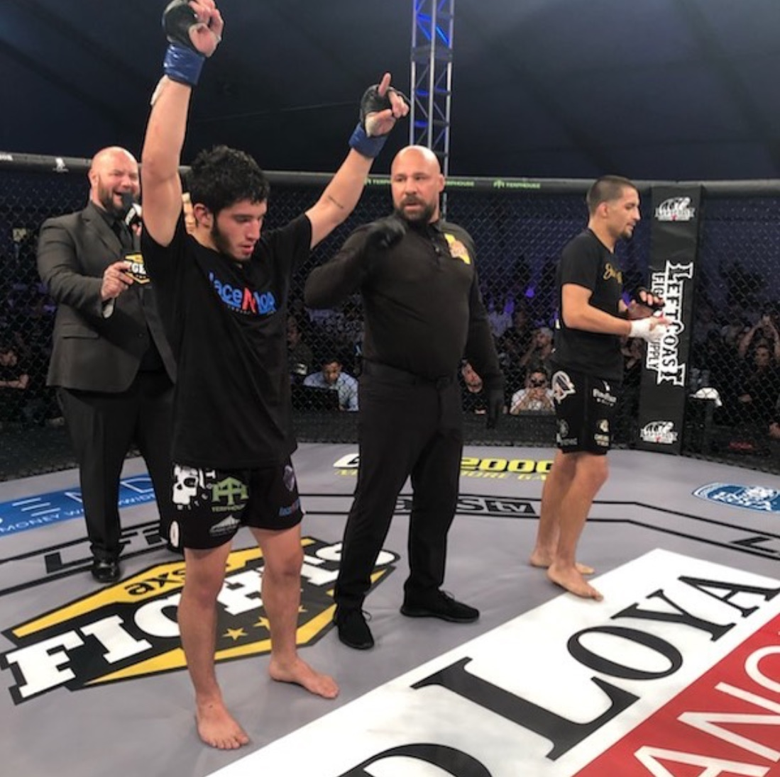 Desmond finishes with an arm triangle in the third round, winning by submission! -