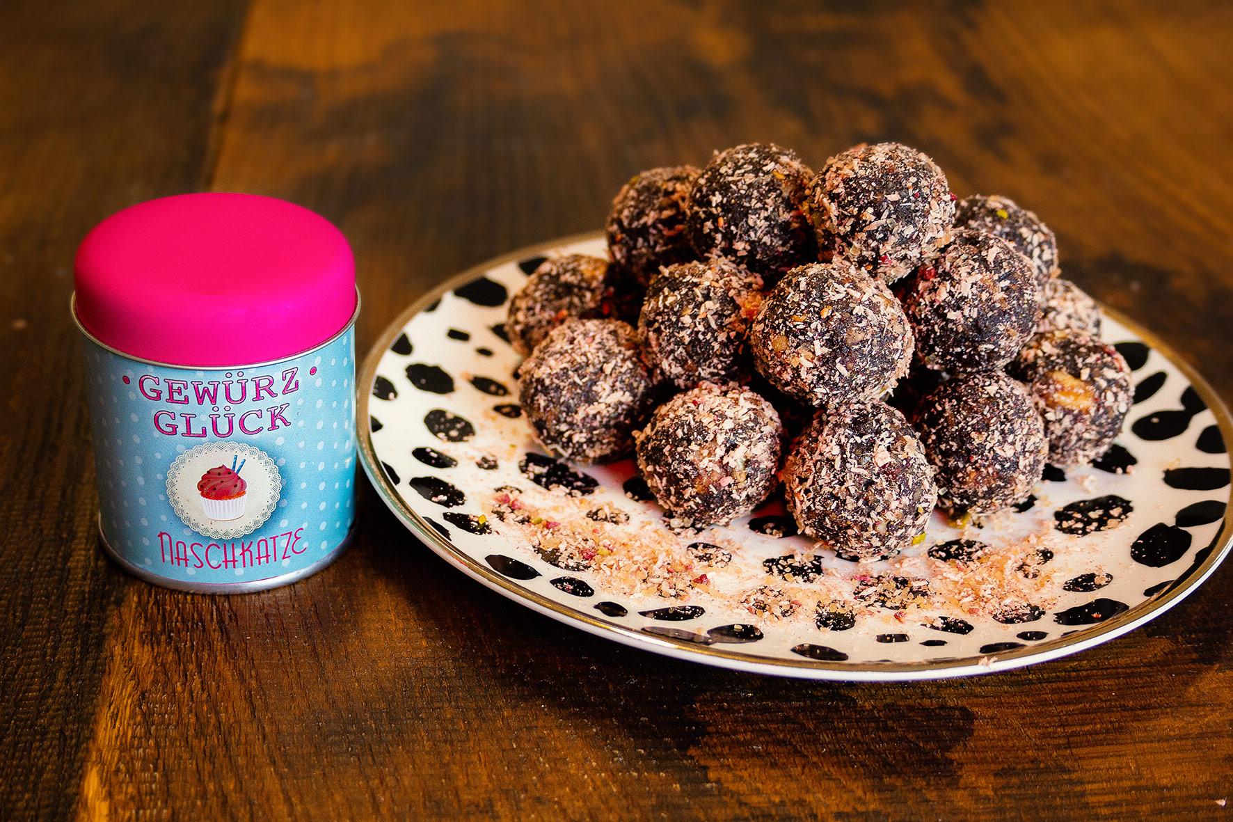 Energy Balls mit  Naschkatze : GEWÜRZGLÜCK  NASCHKATZE , Datteln, Walnusskerne, Haselnüsse, Kakao > das genaue Rezept finden Sie bei uns im GEWÜRZGLÜCK-Flyer