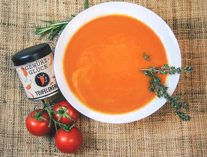 Tomatensuppe à la  Teufelskerl : GEWÜRZGLÜCK  TEUFELSKERL:  Tomaten, Öl, Zwiebeln, Karotten, Lauch, Knollensellerie, Brühe, Senf, Tomatenmark > das genaue Rezept finden Sie bei uns im GEWÜRZGLÜCK-Flyer